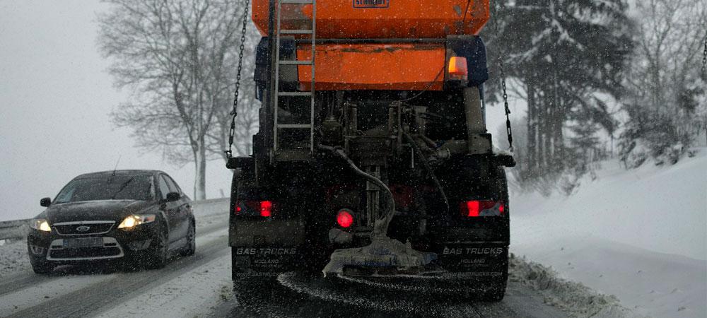 Circular con caravana nueva en la nieve